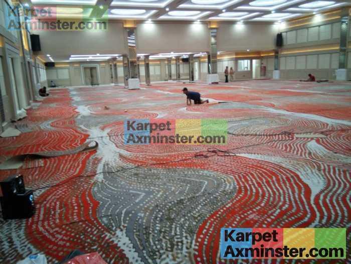 proses pemasangan karpet ballroom axminster yogyakarta grand inna